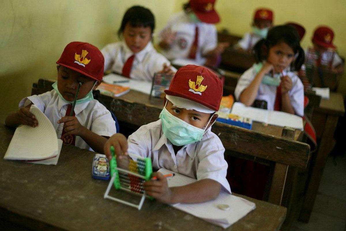 Школьники носят медицинские маски