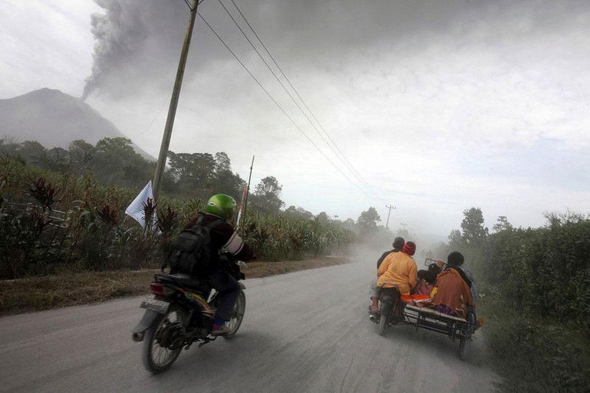 люди едут на мотоциклах