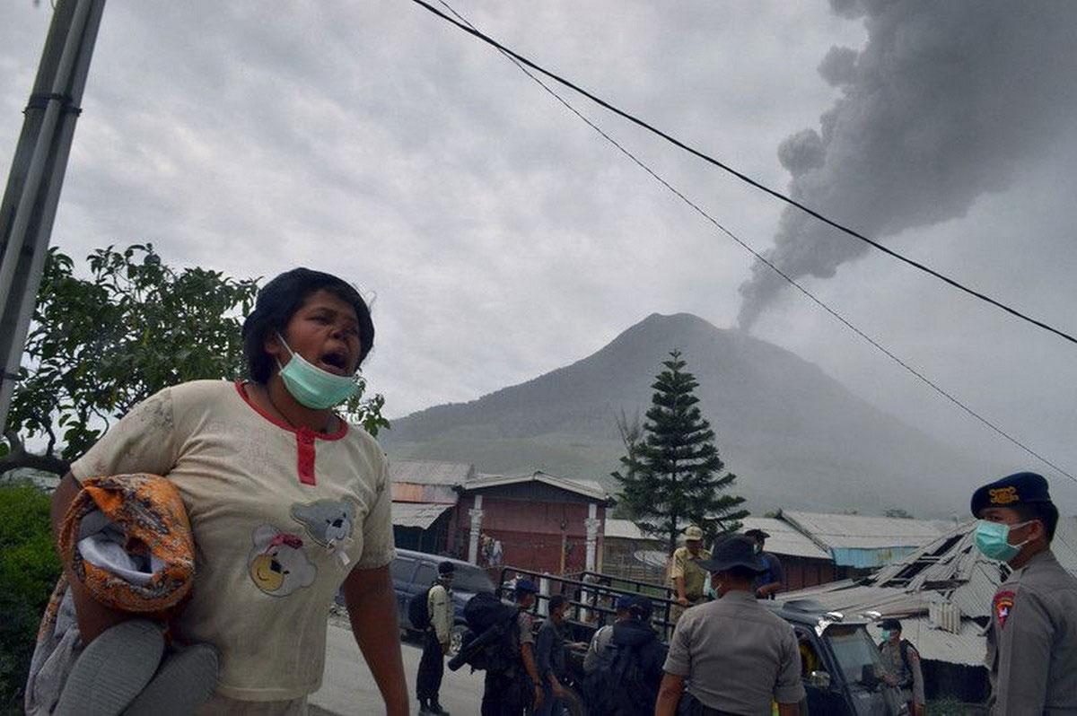 полиция эвакуирует жителей