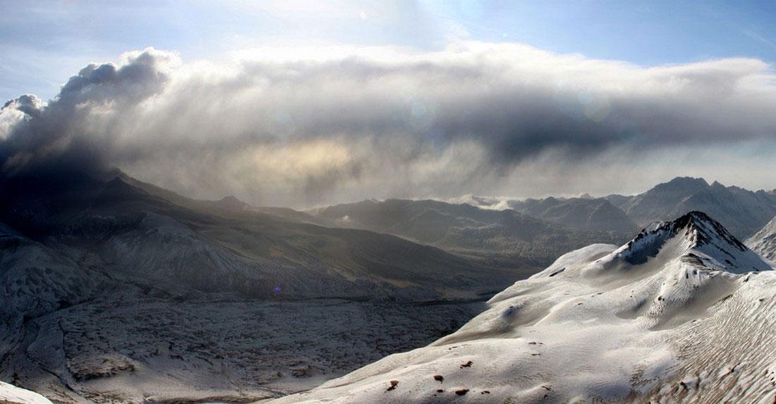от вулкана поднимается шлейф дыма, фото с Аляски