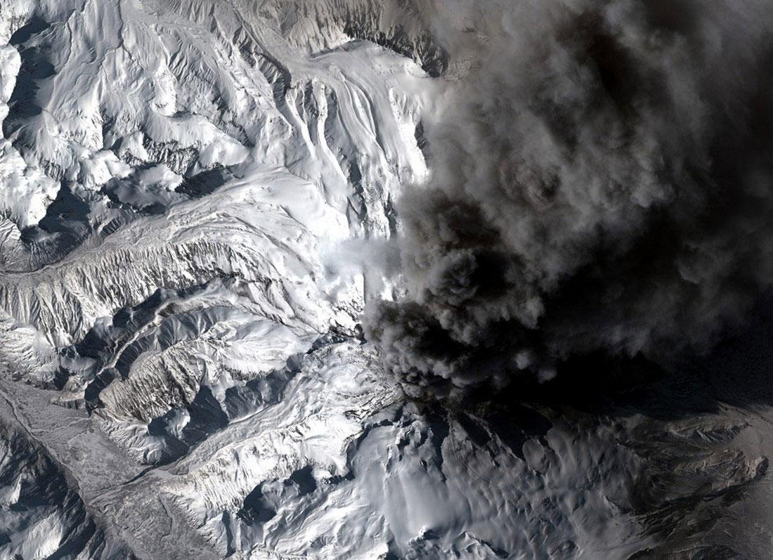 столб пепла, который извергает вулкан, фото с Аляски