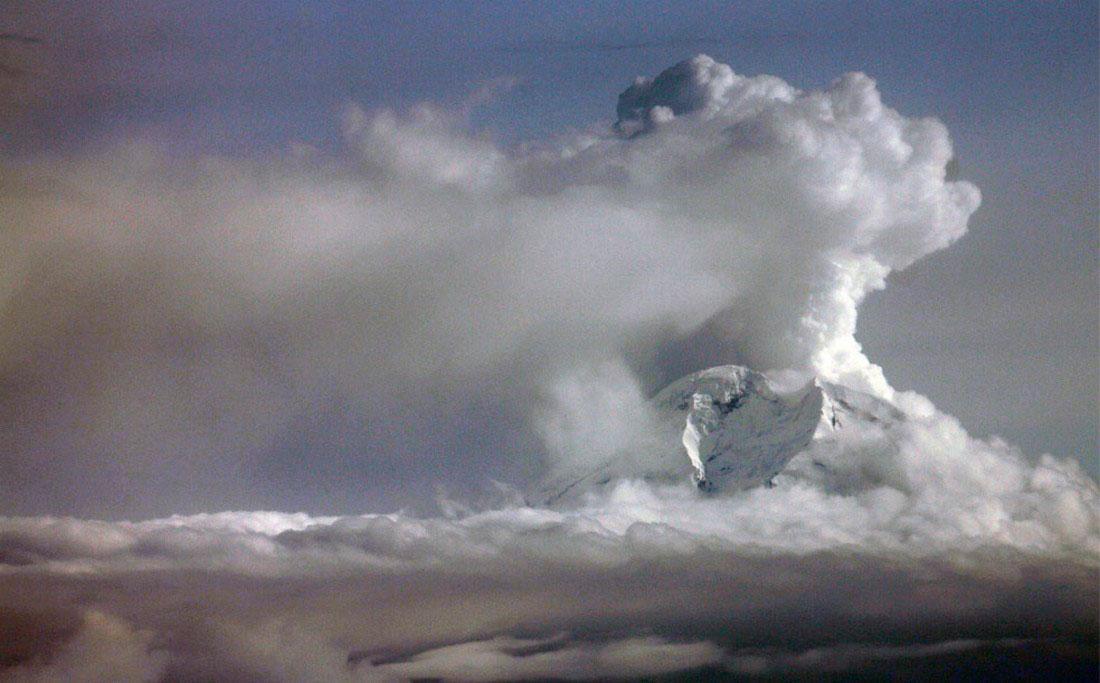 Клубы пара и пепла от вулкана, фото с Аляски