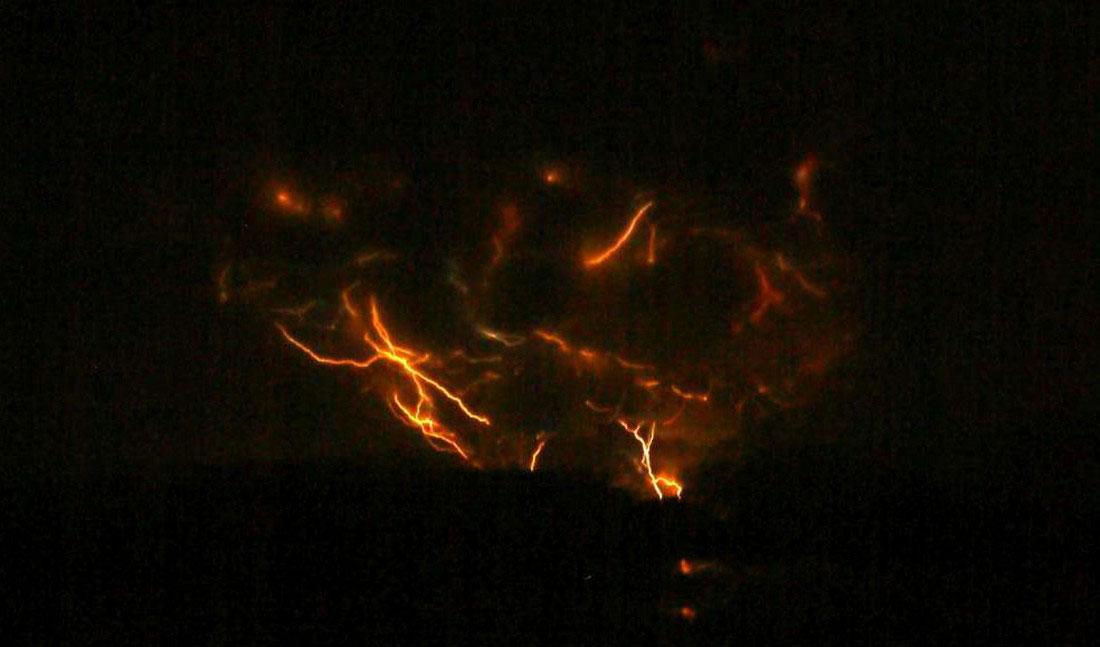 Вспышки из вулкана Редаут, фото с Аляски
