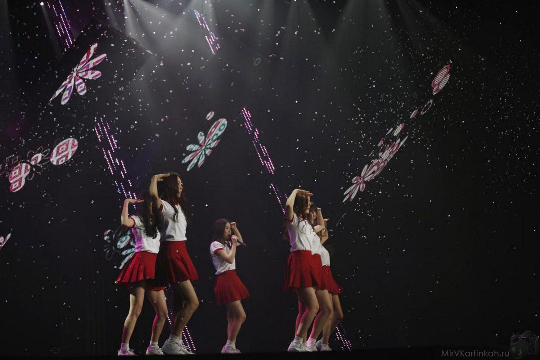 Выступление южнокорейской группы