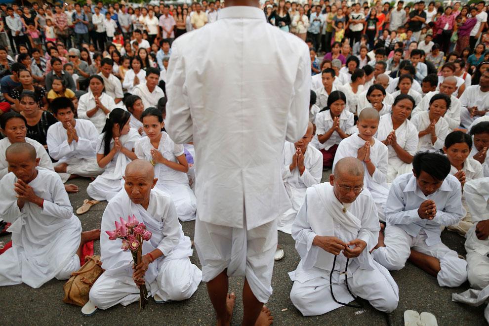 люди молятся перед дворцом, Камбоджи, фото