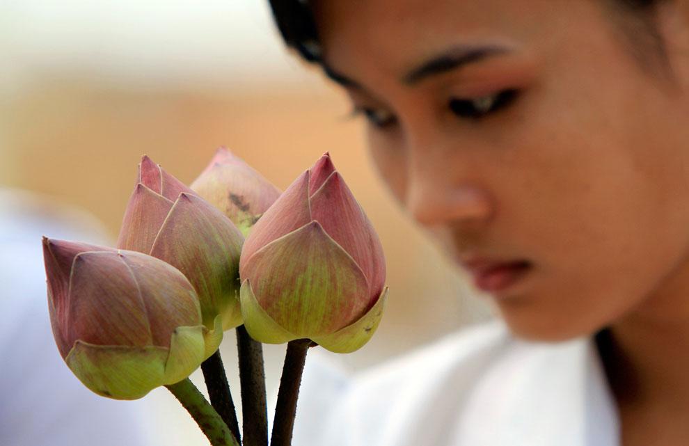 студентка с цветами, Камбоджи, фото