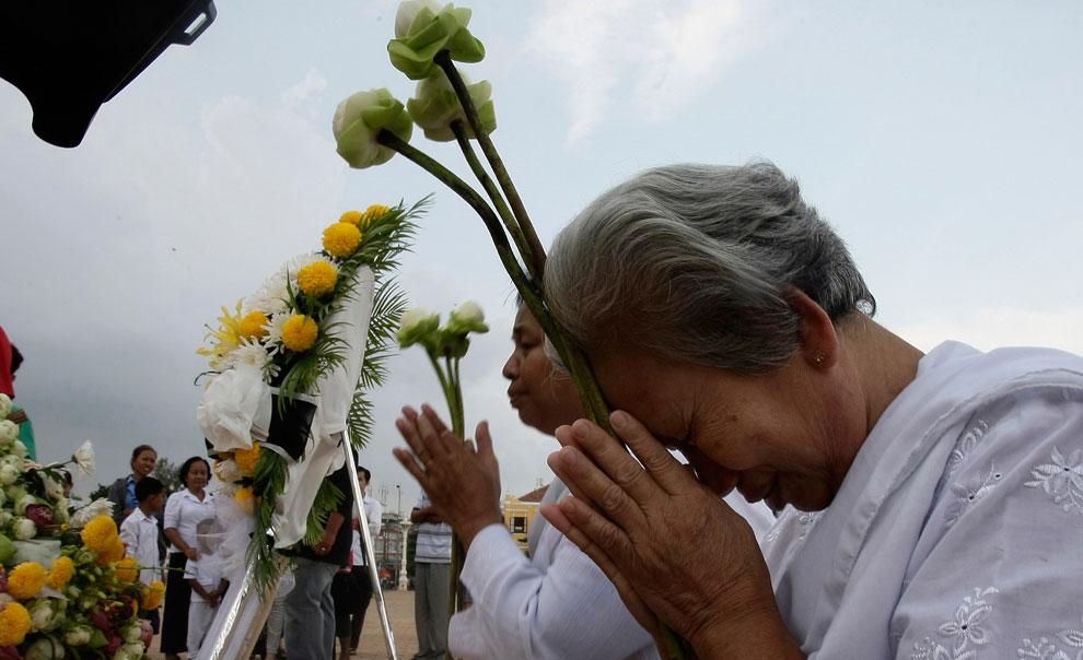 камбоджийцы молятся у дворца, фото