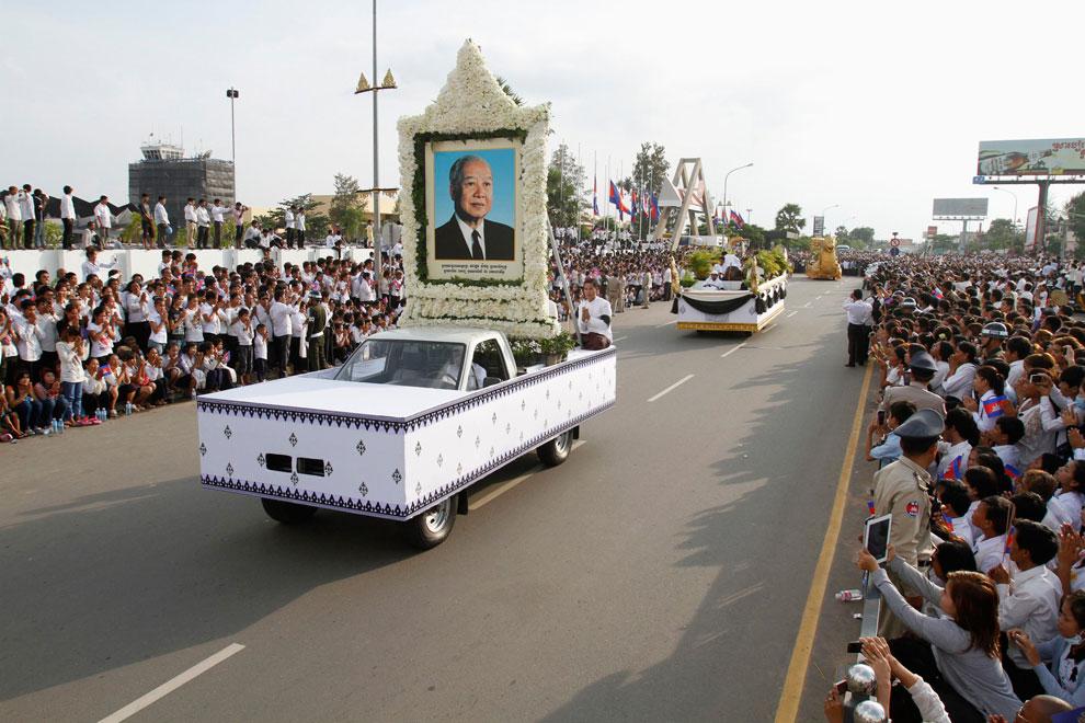 Траурная процессия у дворца, Камбоджа, фото