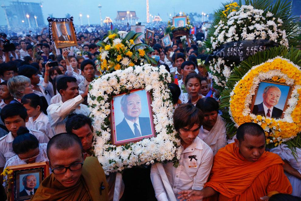 Траурная процессия у дворца в Пномпень, фото