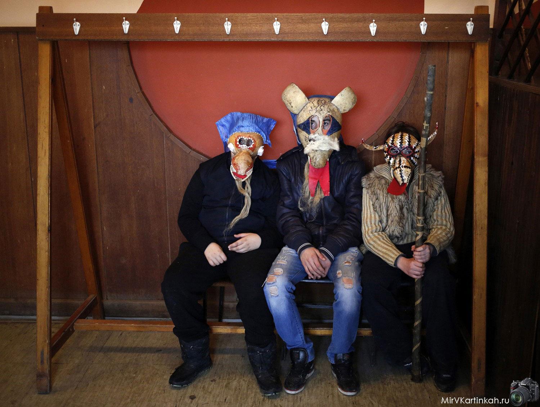 Дети в масках сидят на скамейка