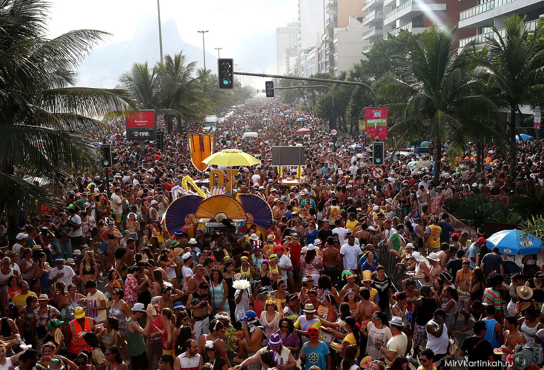 люди на уличном карнавале