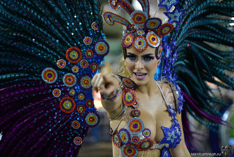 танцовщица в костюме птицы