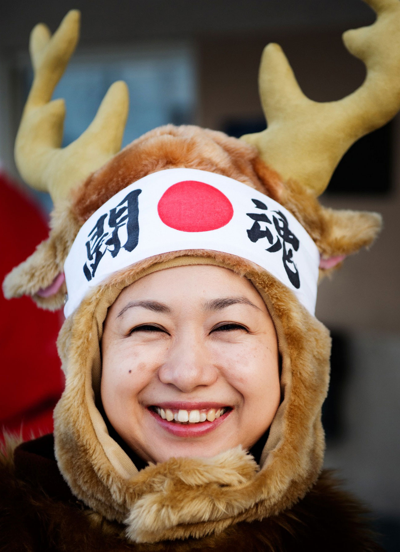 Японка в костюме Рождественского олен, фото