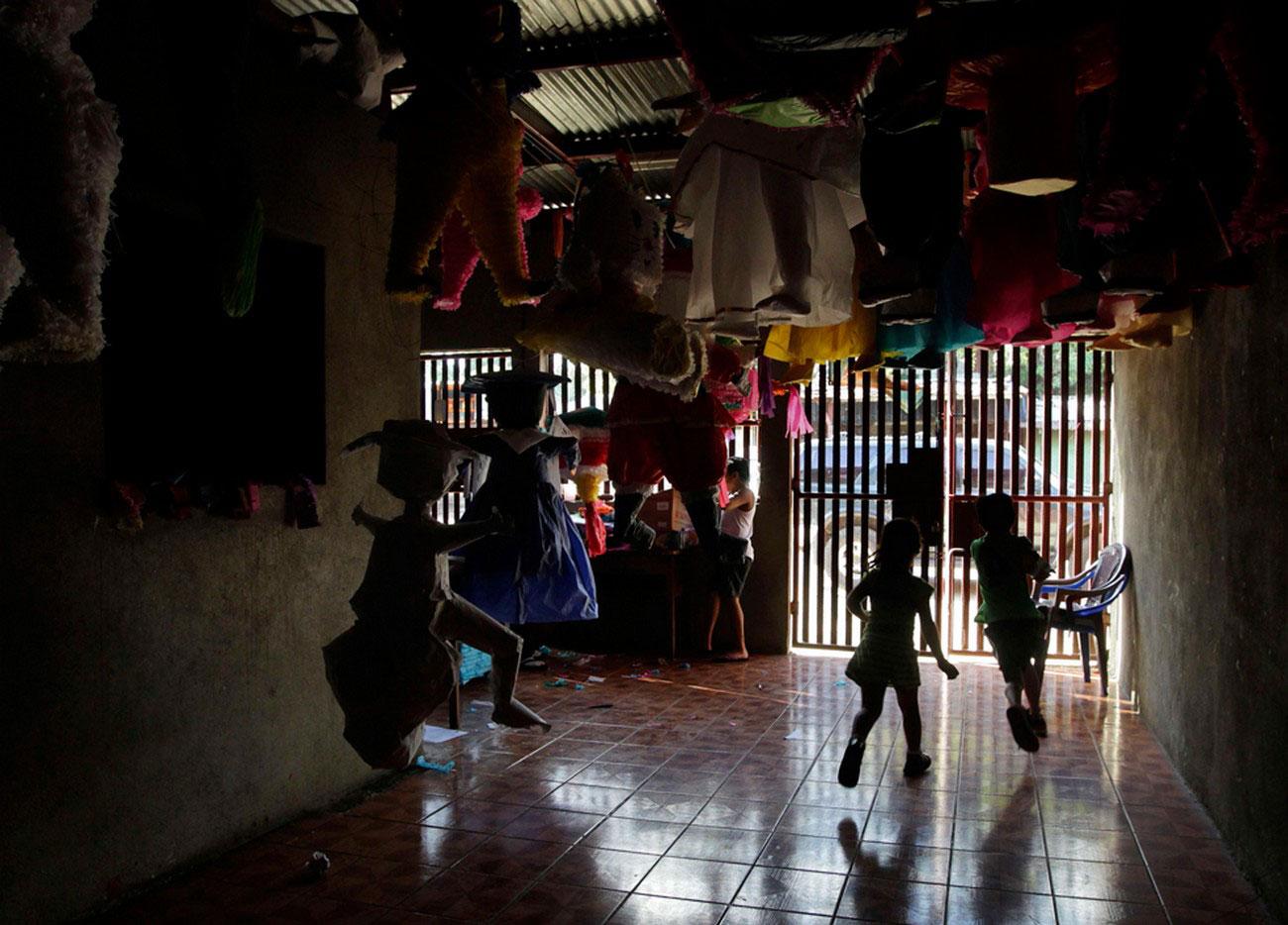 дети в предновогоднем магазине, фото