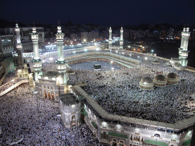 паломники у мечети, фото