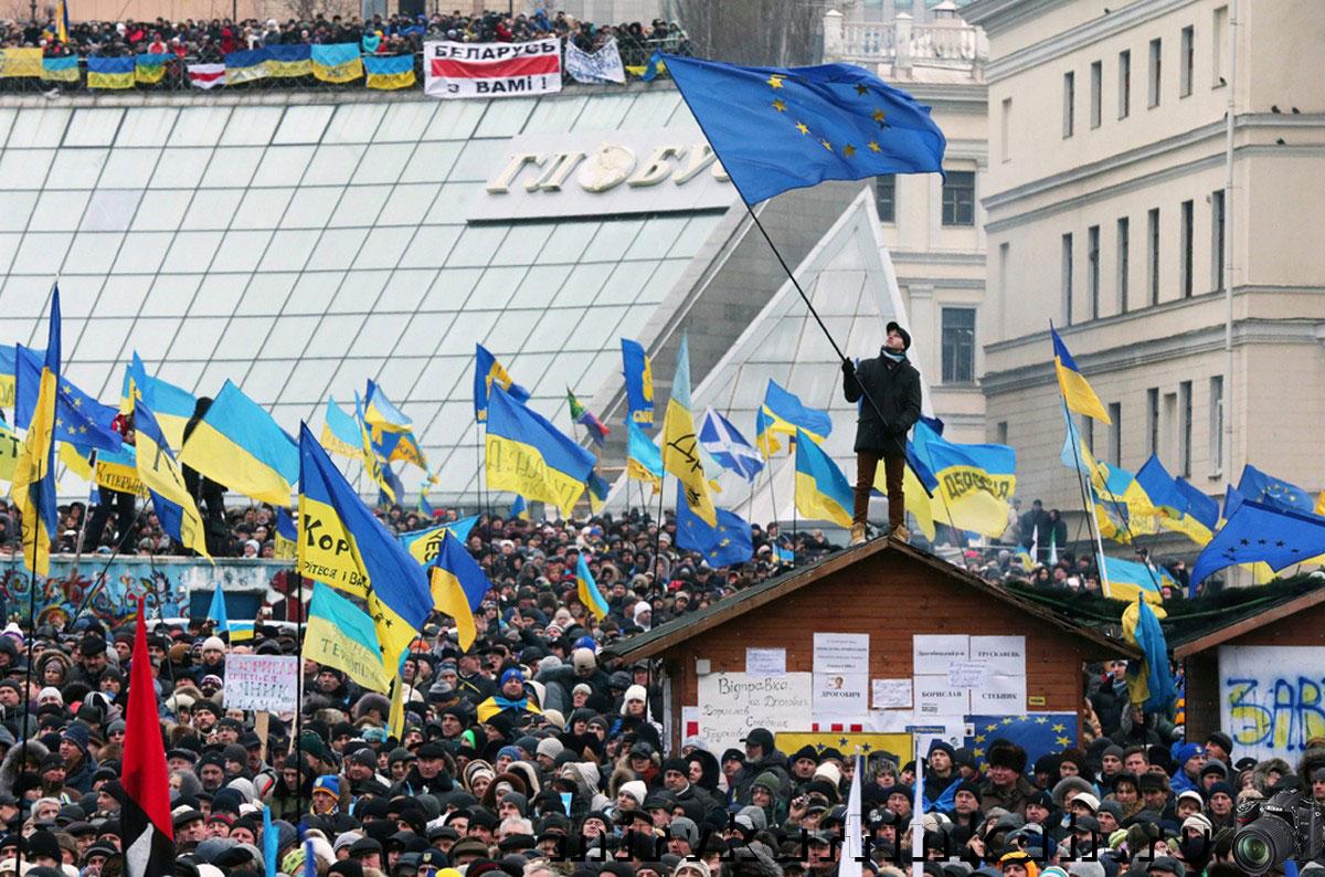 Украинцы размахивают знаменами