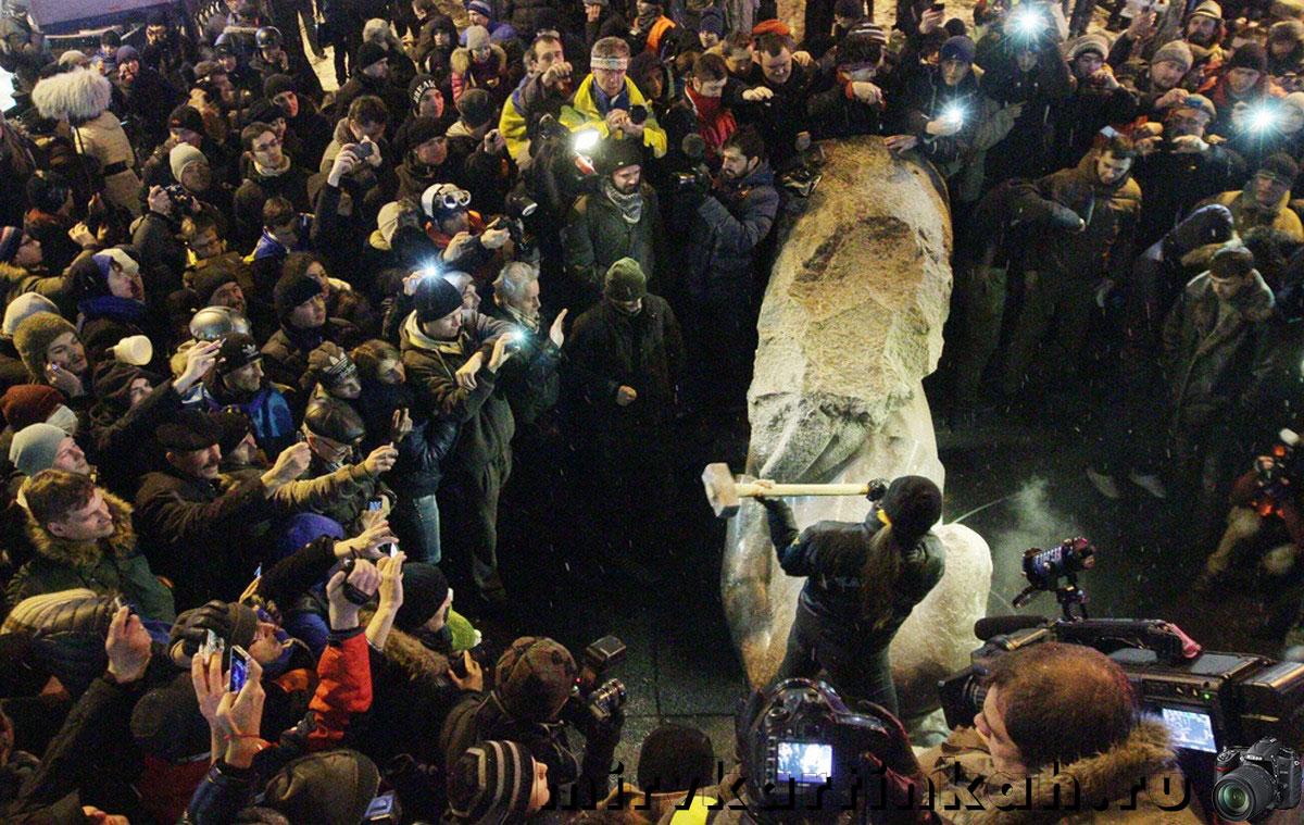 люди завалили памятник
