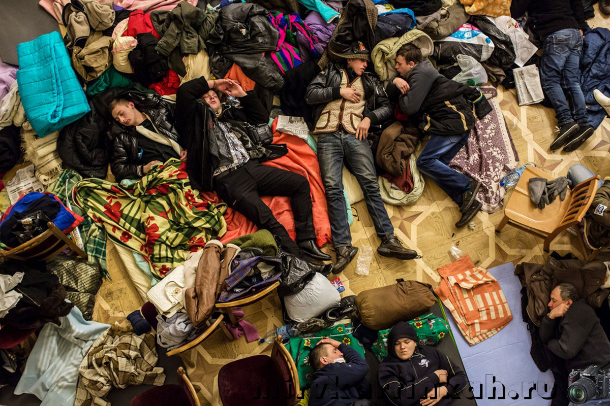 протестующие спят на полу