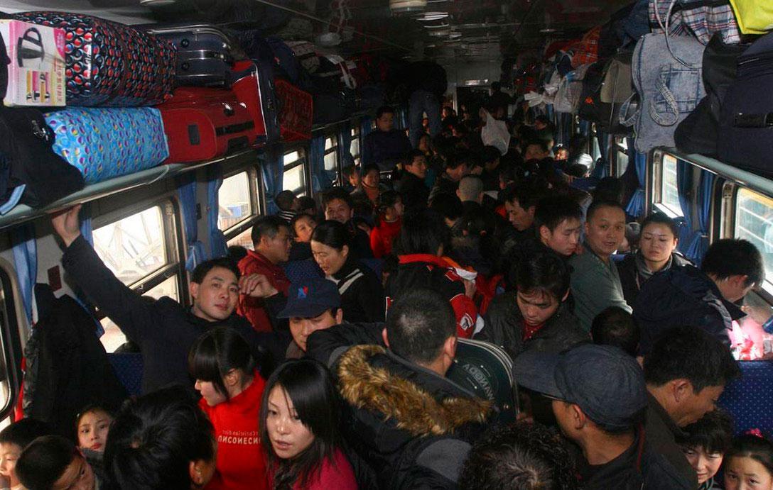 Битком набитые пассажирами вагоны, фото