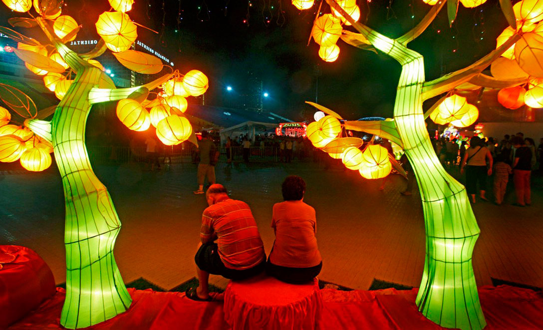 Пожилая пара сидит под фонарем, фото