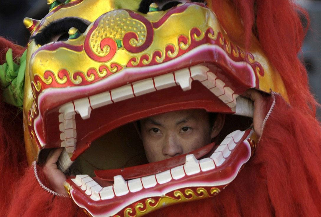 мужчина в костюме дракона, фото