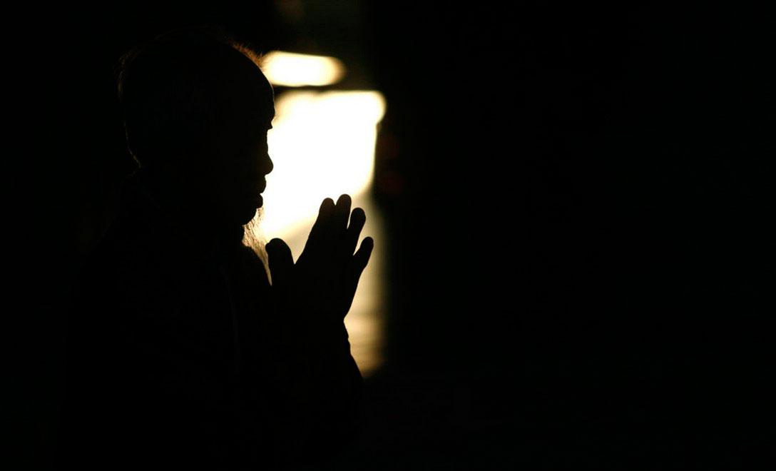 Местный житель читает молитву в храме в Куала-Лумпуре, фото