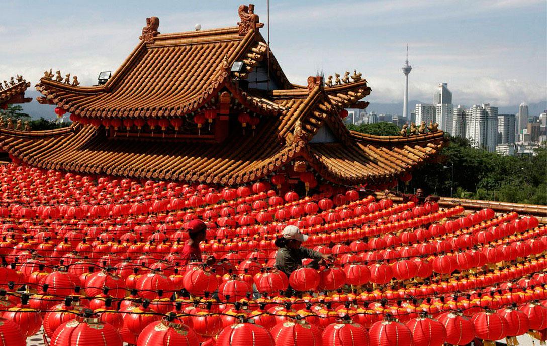 украшение храма красными фонарями, фото