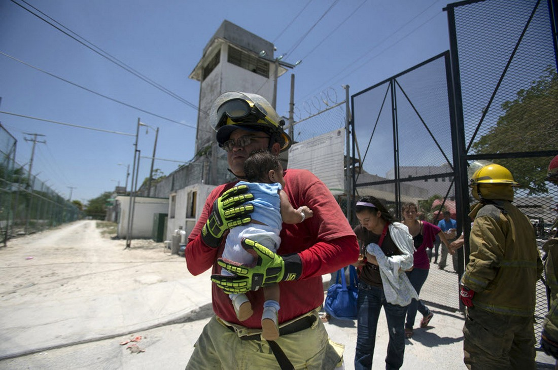 Пожарный выносит ребенка