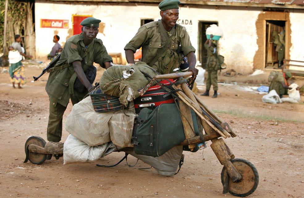 Солдаты грабят дом, Конго, фото
