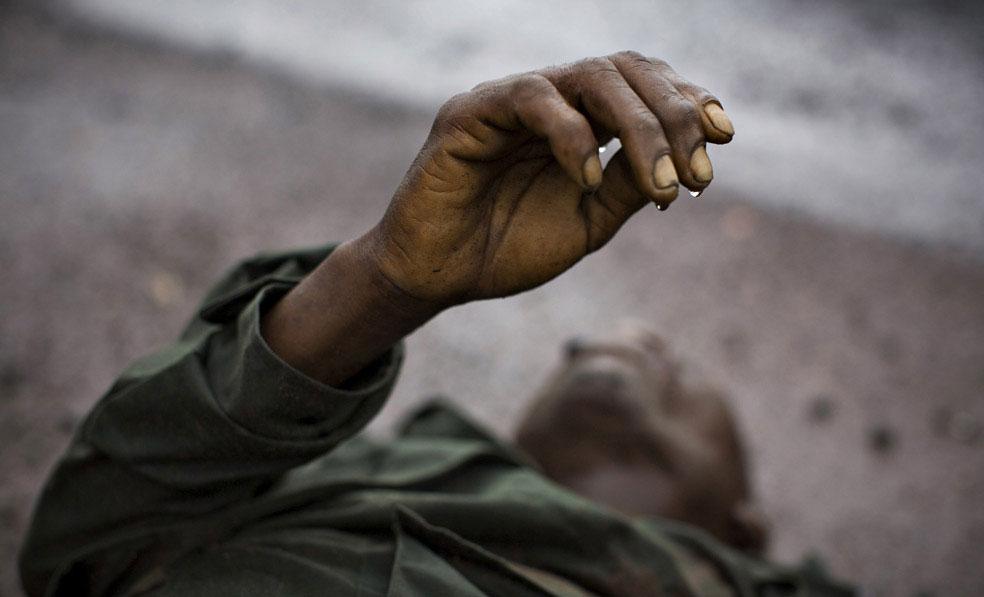 Мертвый конголезский солдат на дороге вблизи Кибати, Конго, фото