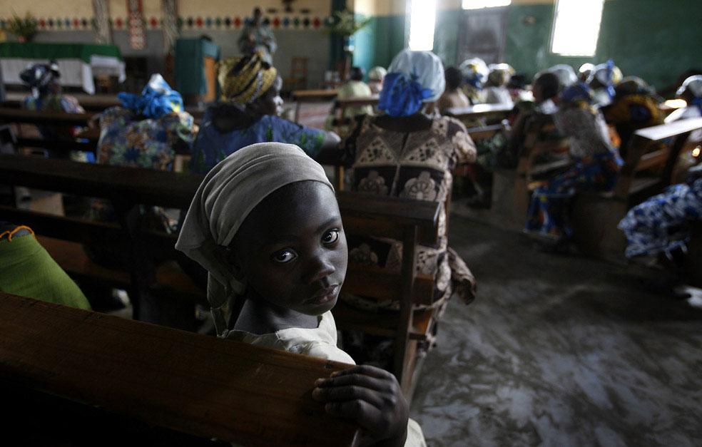 на вечерней службе в католической церкви, Конго, фото