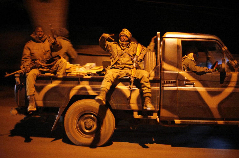 Малийские солдаты празднуют победу, фото