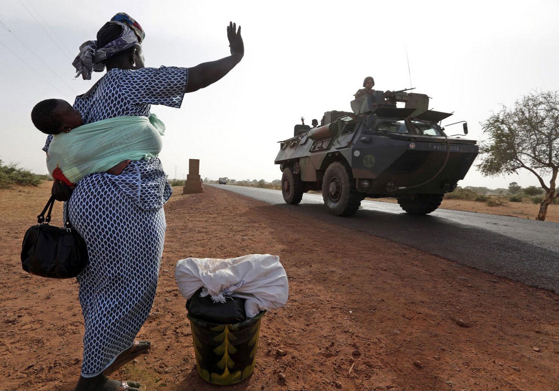 Женщина машет солдатам, фото