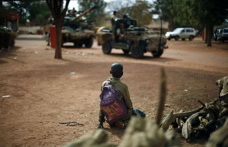 Ребенок смотрит на солдат, фото