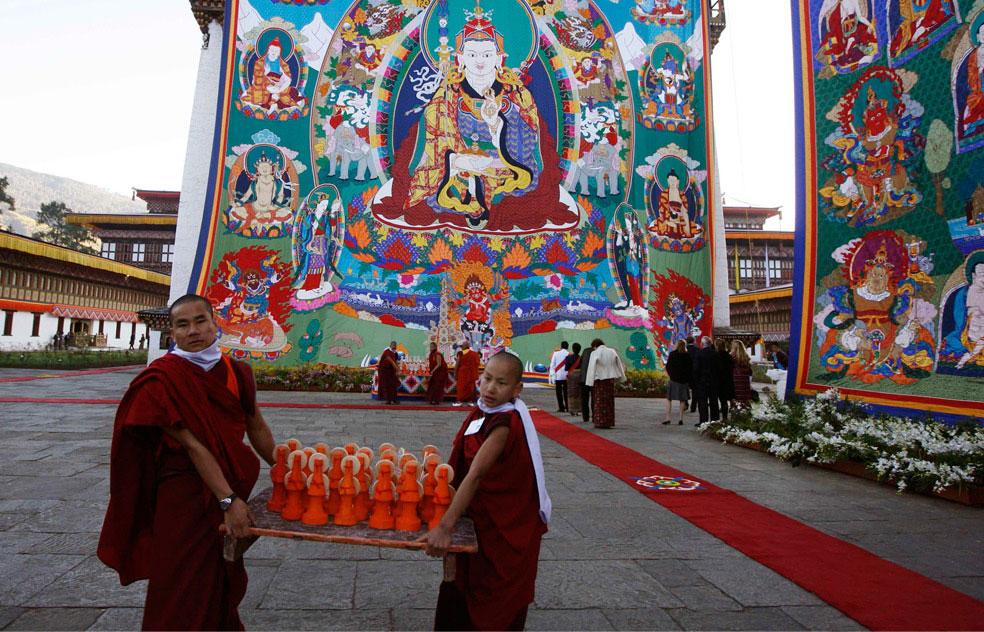 монахи помогают в подготовке церемонии, Бутан, фото