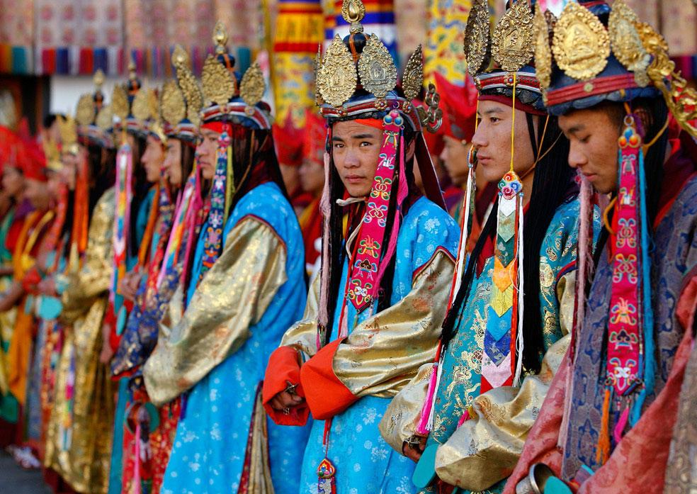танцоры встречают короля, Бутан, фото