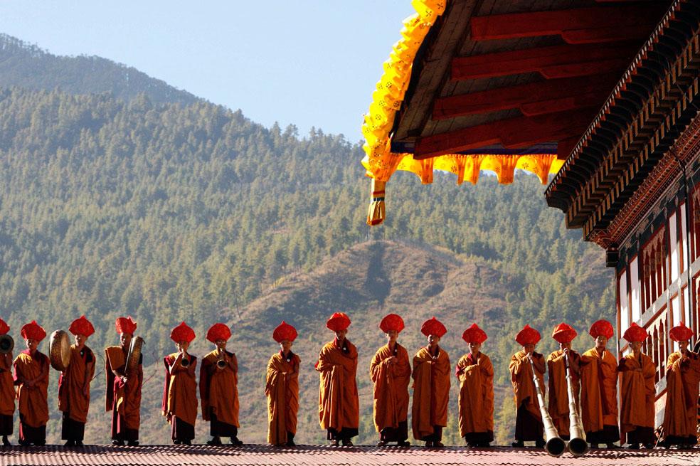монахи играют на музыкальных инструментах, Бутан, фото