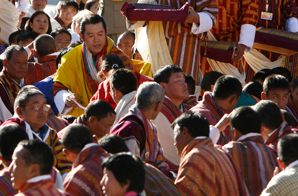 король одаривает подарками людей, Бутан, фото