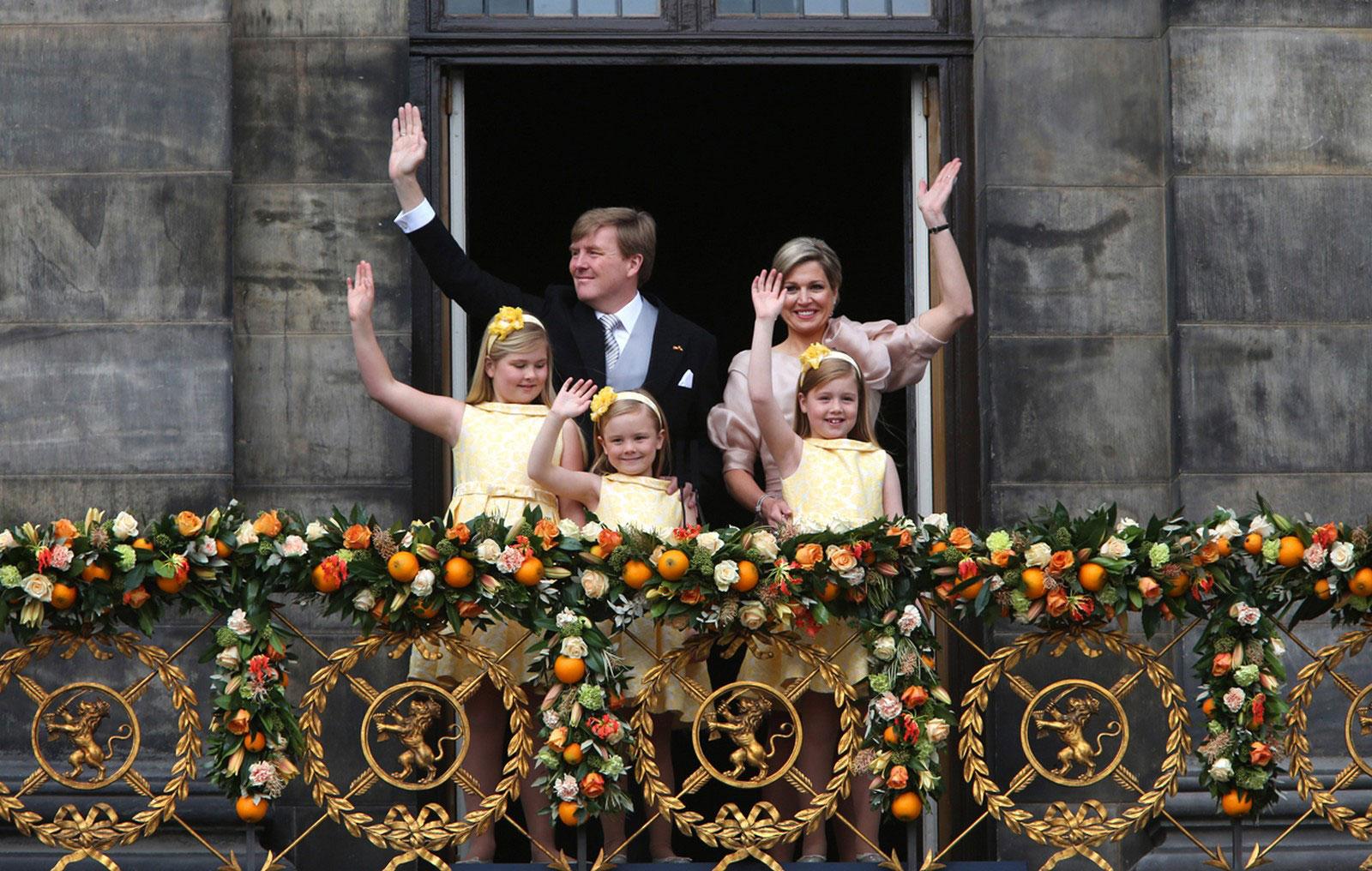 Жители Нидерландов приветствуют нового монарха