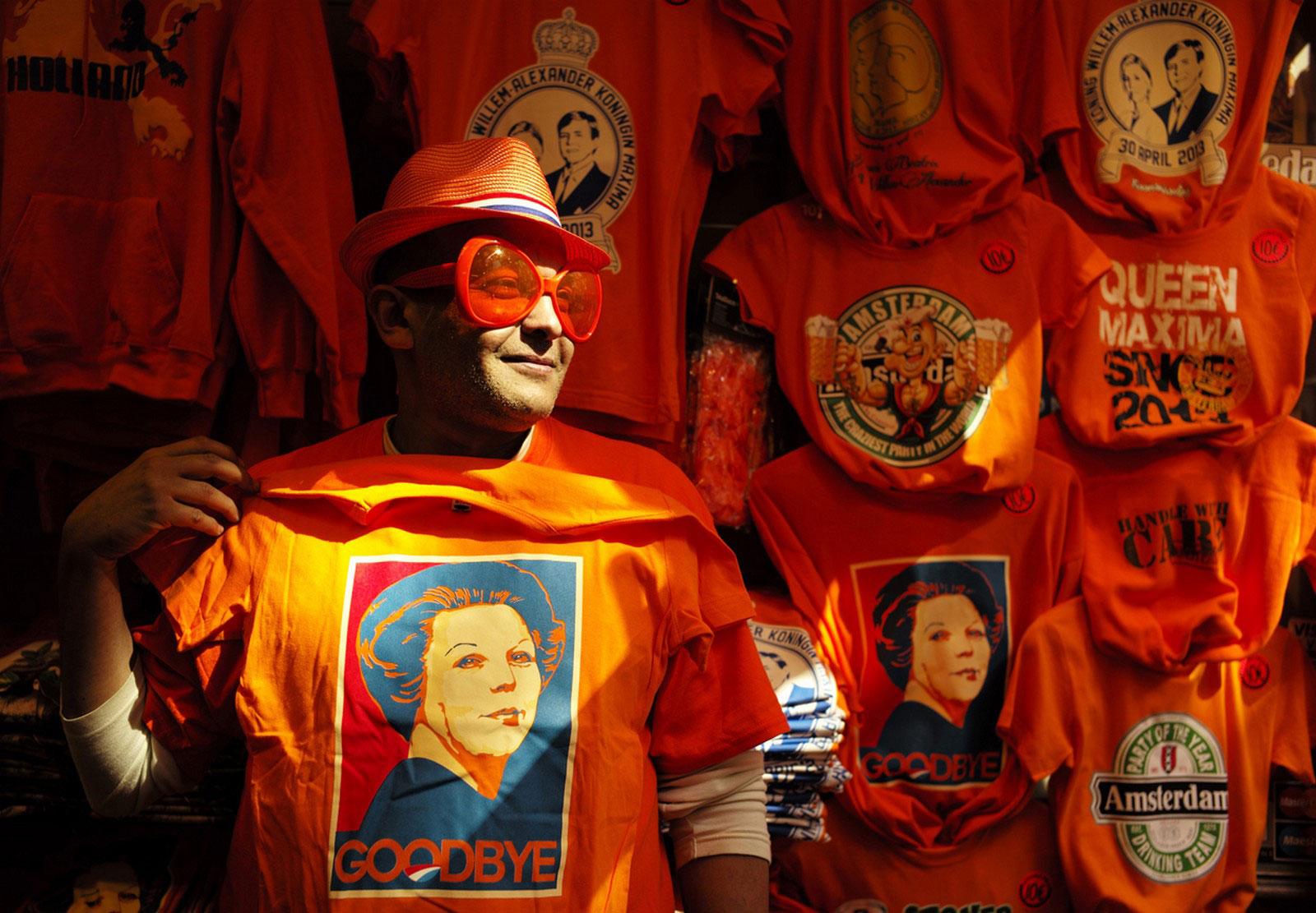 оранжевая футболка с изображением королевы Беатрикс