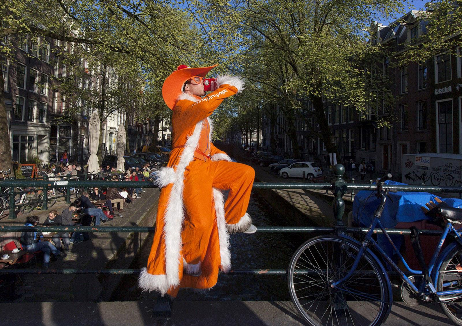 Мужчина, одетый во все оранжевое