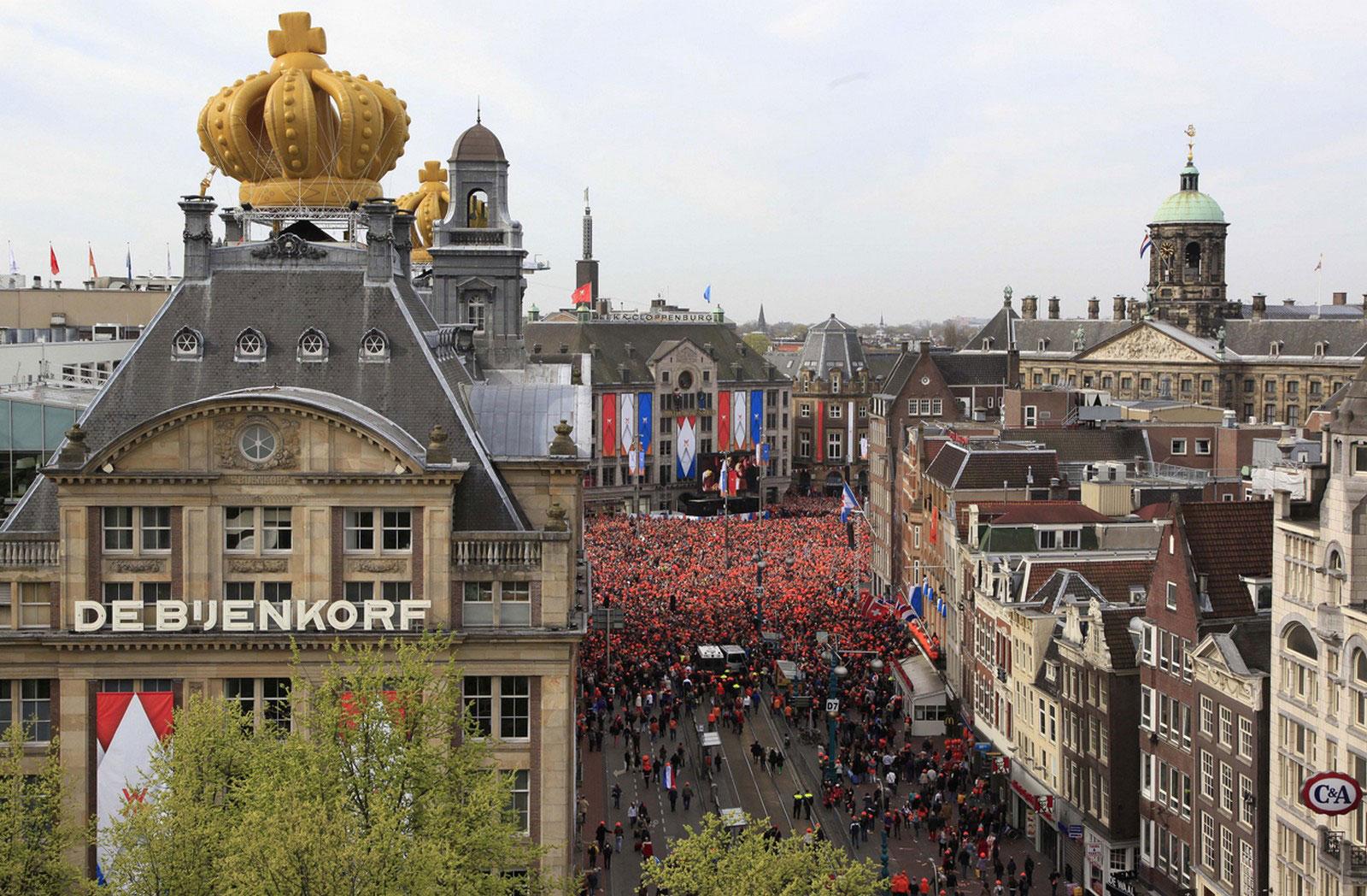 Толпа на площади Дам