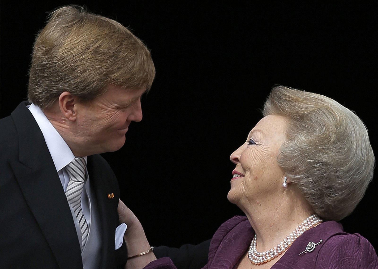 Король Виллем-Александер встречает свою мать