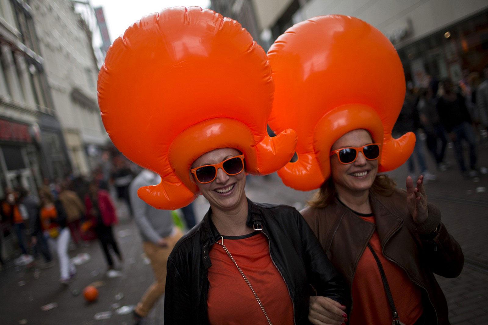 Женщины в надувных париках