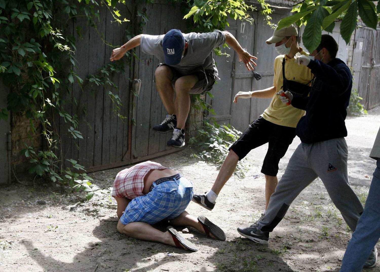 избиение гея, фото