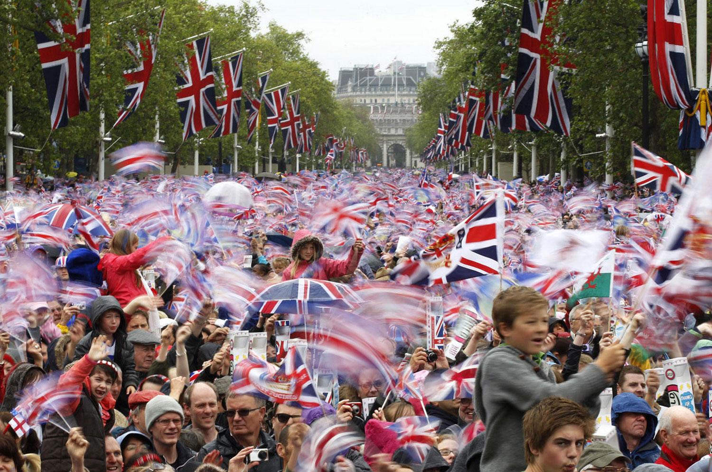 люди машут флагами на параде