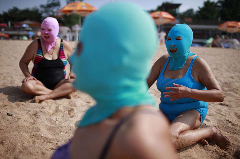женщины в масках на пляже, фото