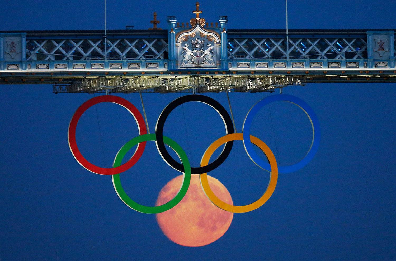 Олимпийские кольца под мостом, фото