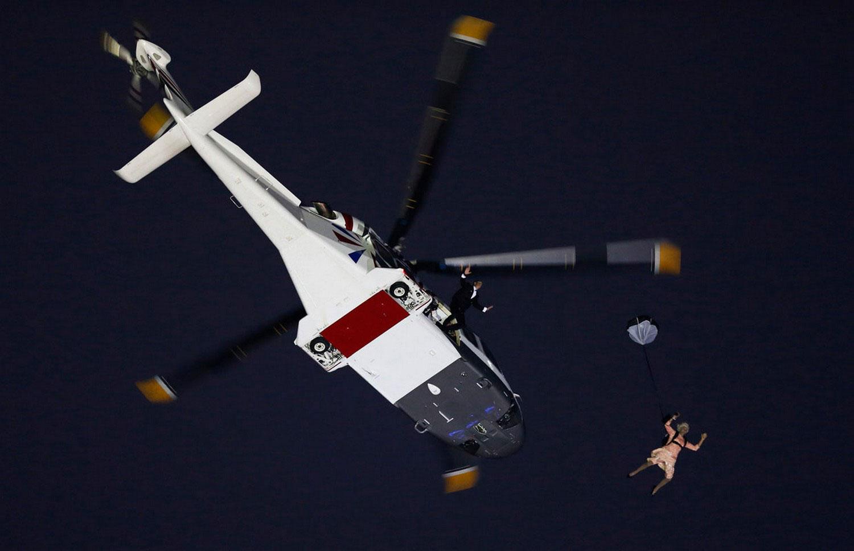 люди прыгают с вертолета, фото
