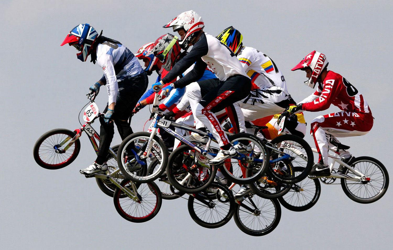 Велогонщики на соревнованиях, фото